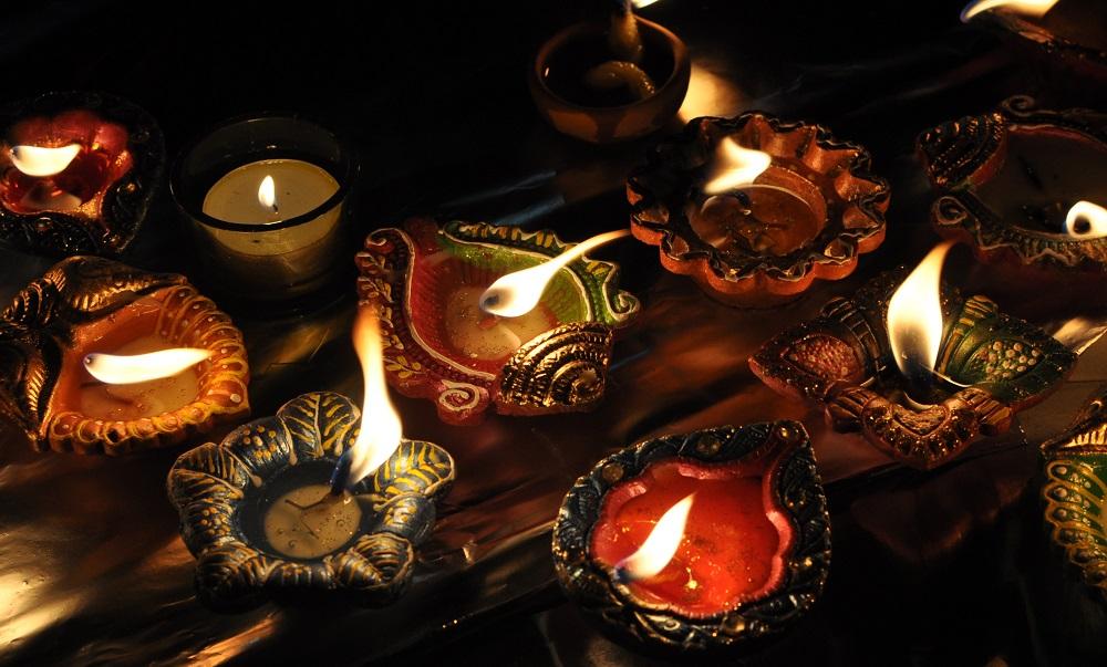 Divali représente symboliquement la victoire du bien sur le mal, celle de la lumière sur les ténèbres.