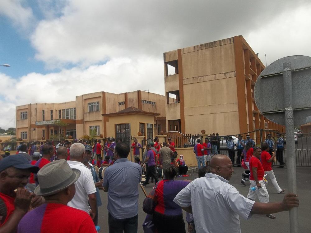 Des partisans devant le Nomination Centre de Curepipe ce matin.