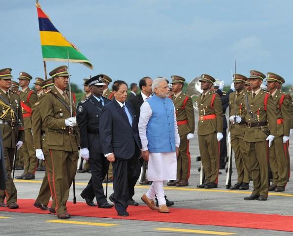 Le Premier ministre indien Narendra Modi à l'aéroport mauricien. Crédit photo: Press Information Bureau India.