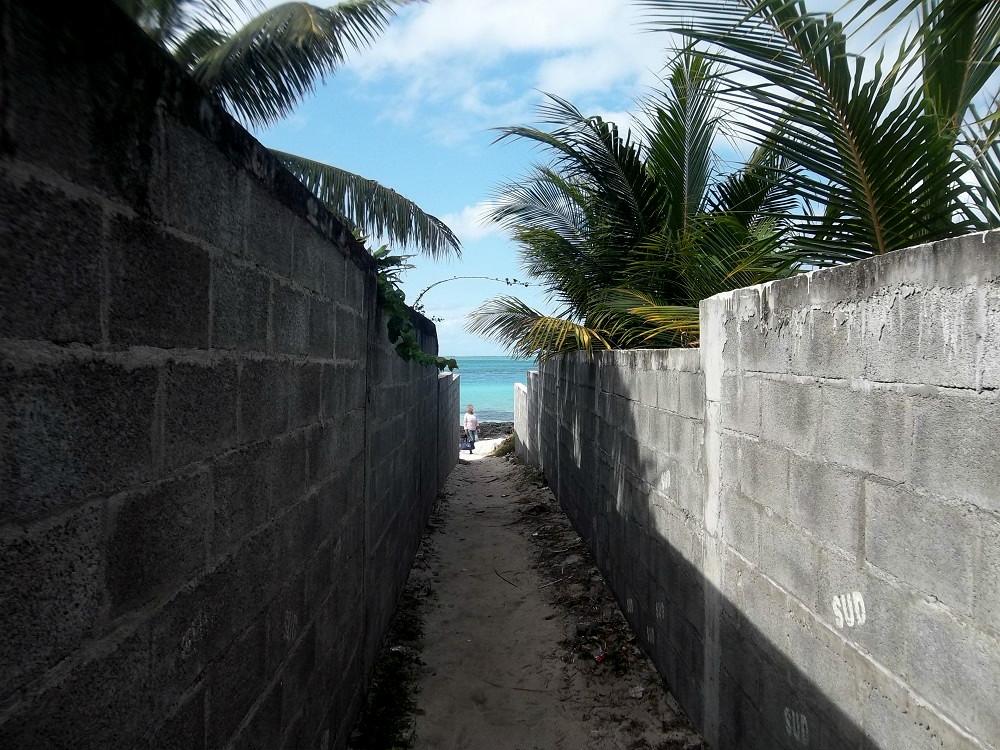 Coincé entre deux murs, l'unique accès publique à la plage de Pointe d'Esny.