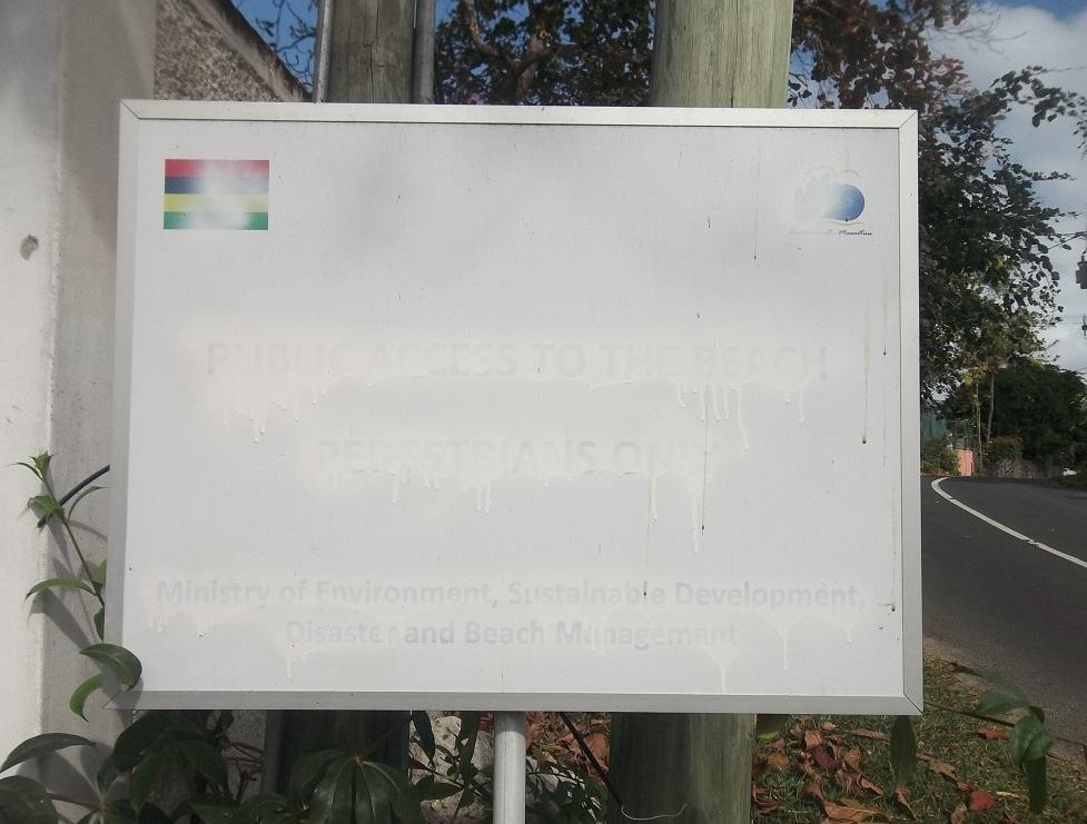 Panneau du ministère de l'Environnement barbouillé de peinture blanche.