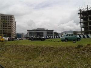 Des espaces censés être verts se transforment en parkings.