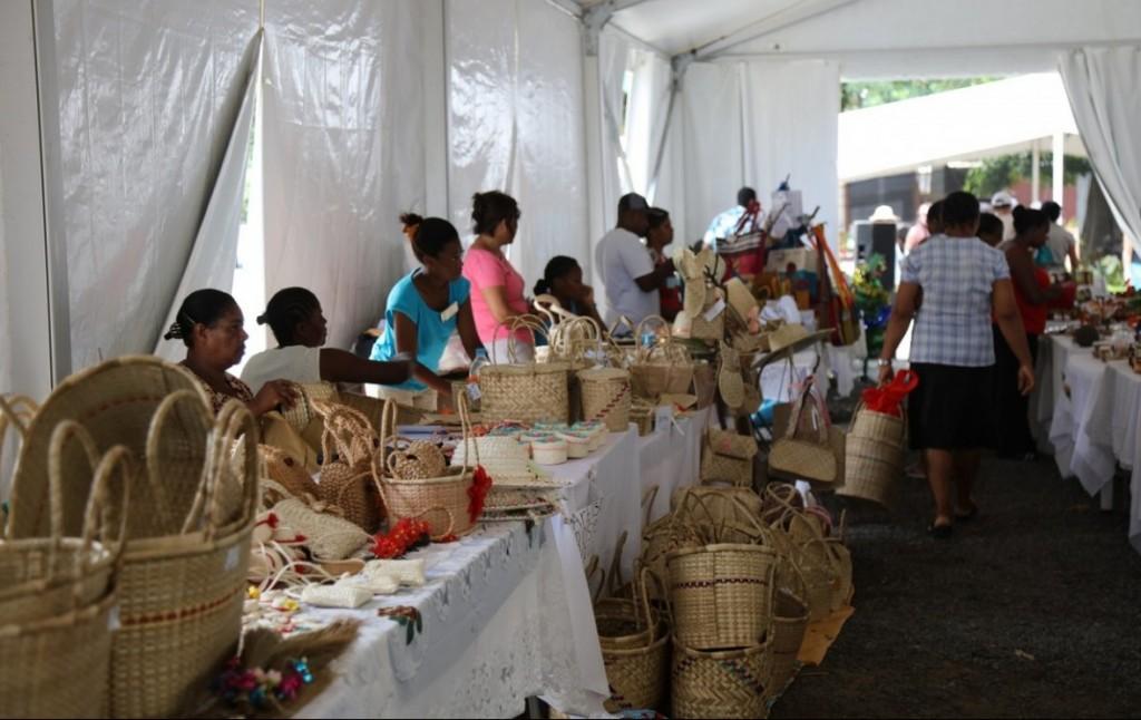 Vente corbeilles, paniers, chapeaux et autres produits artisanaux rodriguais. Crédit photo: M. Garreau.