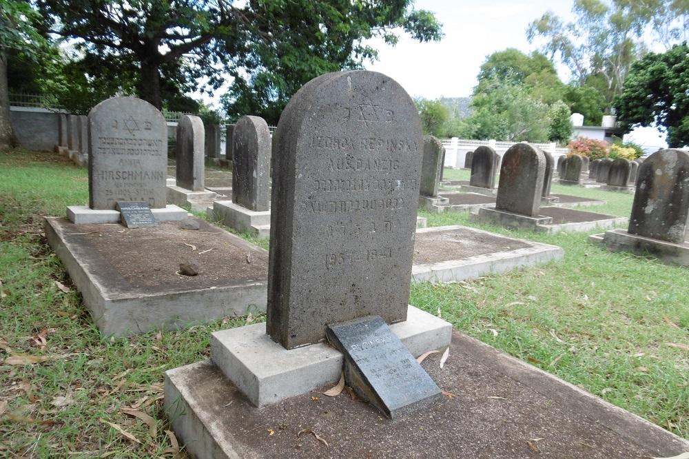 Les deux premières tombes du cimetière qui ne regardent pas vers Israel.