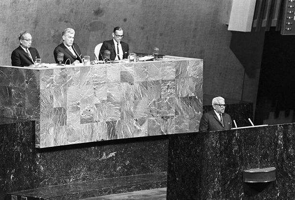 Sir Seewoosagur Ramgoolam, s'adressant à l'Assemblée Générale de l'ONU, avec derrière lui (g. à dr.), U Thant, Secrétaire Général;lCorneliu Manescu, Président de l'Assemblée Générale; et C.V Narasimhan, Chef de Cabinet. Crédit: UN Photo/Teddy Chen 24 avril 1968.
