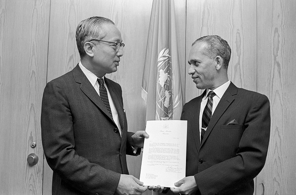 Pierre Guy Girald Balancy, présentant ses lettres de créance au Secrétaire Général des Nations Unies, le 16 mai 1968. Crédit: UN Photo/Teddy Chen