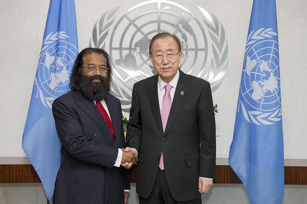 Jagdish Dharamchand Koonjul, en compagnie de Ban Ki-moon.UN Photo/Rick Bajornas