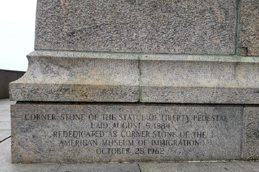 Voici la pierre angulaire du socle de la Statue.