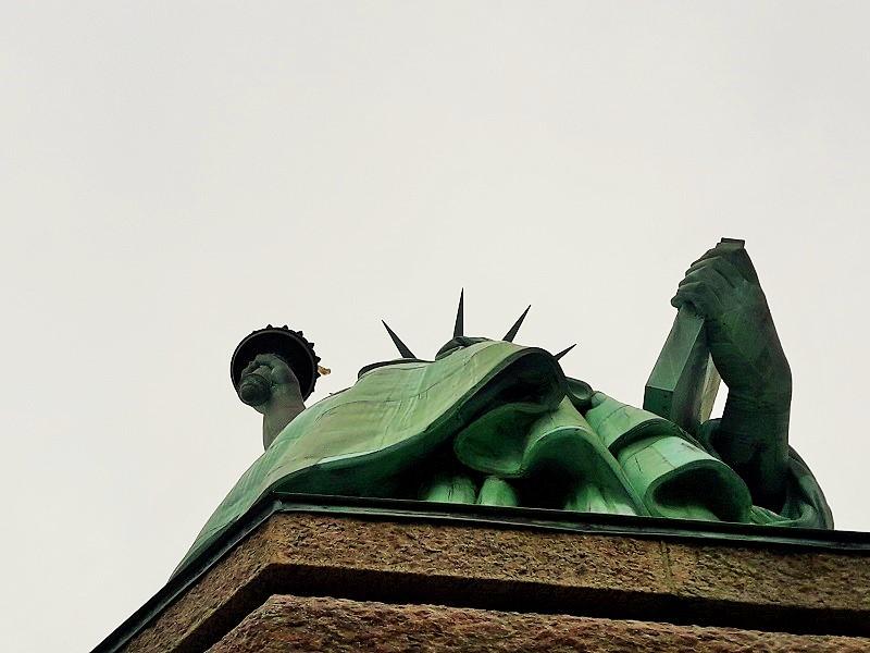 Sous la robe de Lady Liberty!! :-)